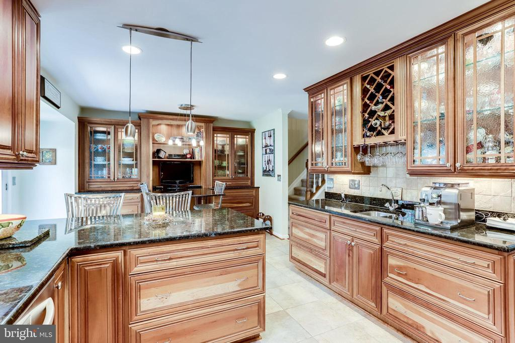 Custom Kitchen with Granite Counters - 20938 SANDSTONE SQ, STERLING