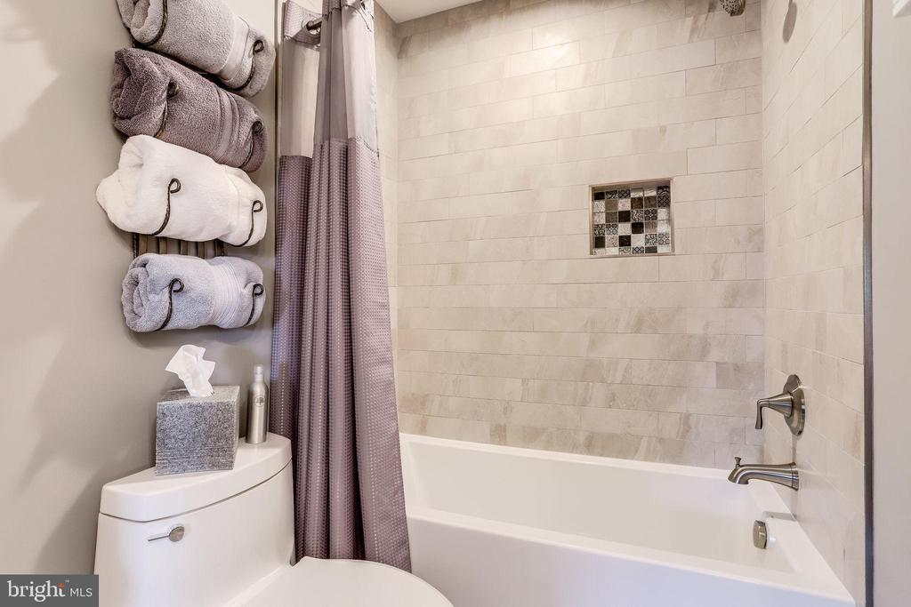 Beautifully Remodeled Full Bath - 20938 SANDSTONE SQ, STERLING