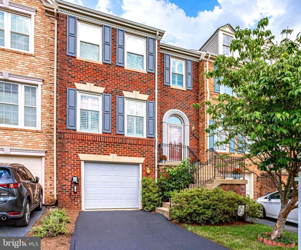 Gorgeous Brick Front Townhouse - 20938 SANDSTONE SQ, STERLING