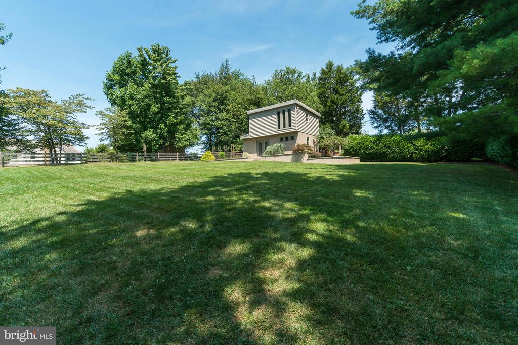 Plenty of space to play or escape to privacy...... - 13814 ALDERTON RD, SILVER SPRING