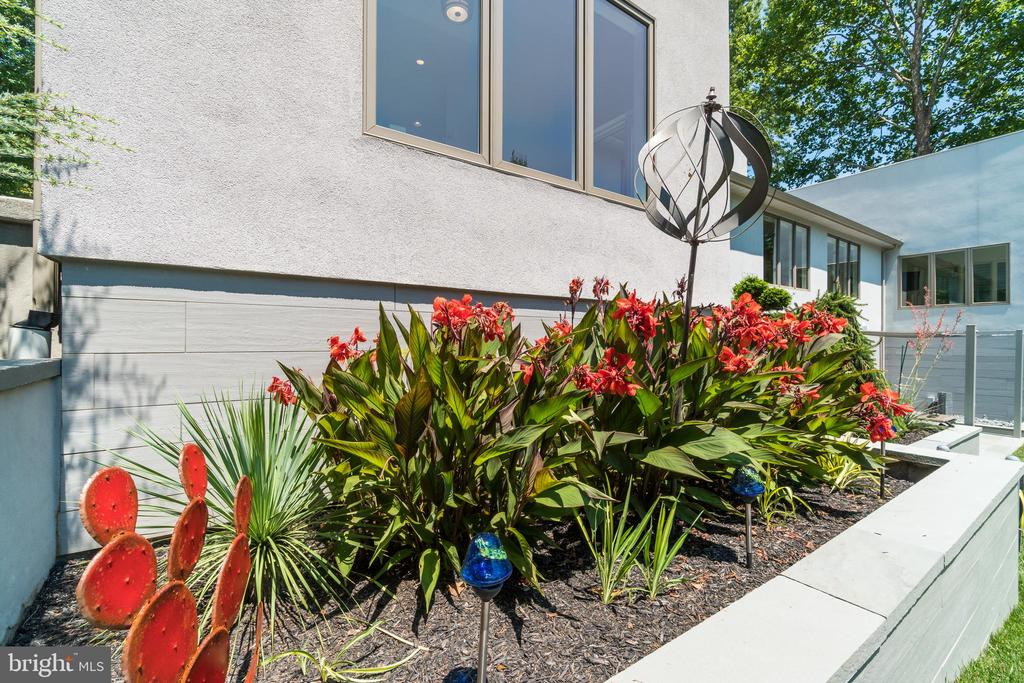 Sculpture gardens mixed with artistic plantings - 13814 ALDERTON RD, SILVER SPRING