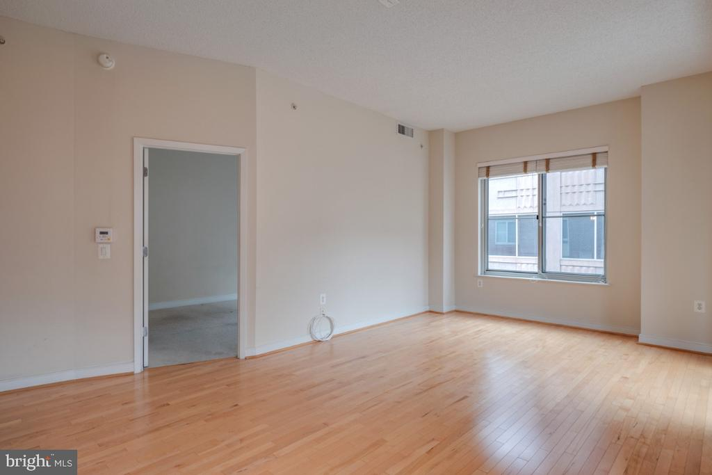 Living Room w/ hardwood floors - 820 N POLLARD ST #603, ARLINGTON