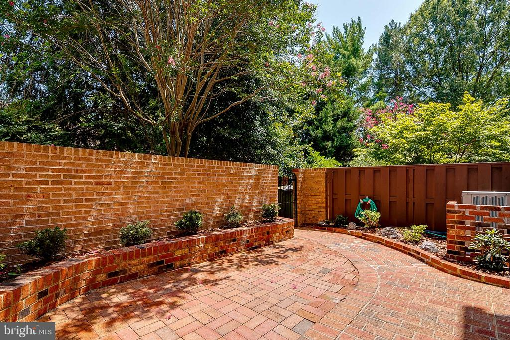 Private spacious backyard with fenced yard - 667 N ARMISTEAD ST, ALEXANDRIA