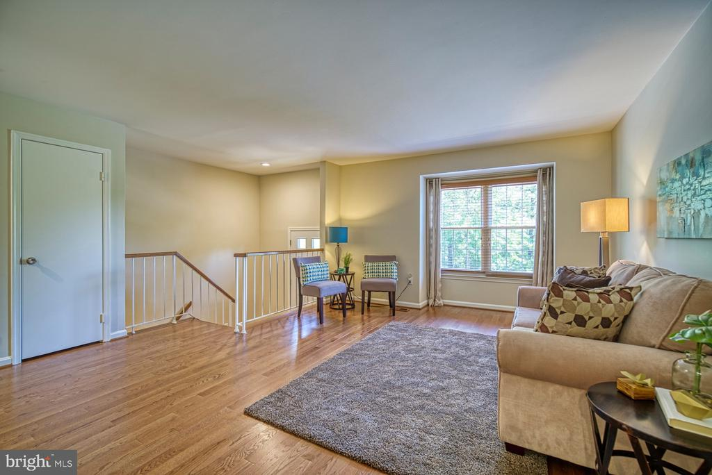 Lovely living room perfect for entertaining - 7104 BEDSTRAW CT, SPRINGFIELD