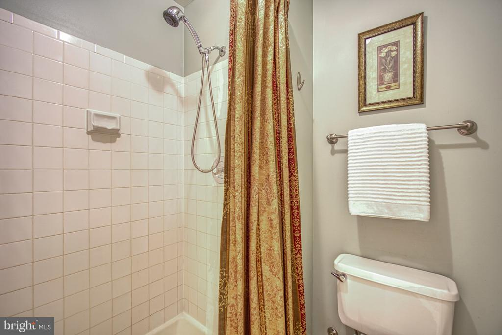 Walk in shower - 7104 BEDSTRAW CT, SPRINGFIELD
