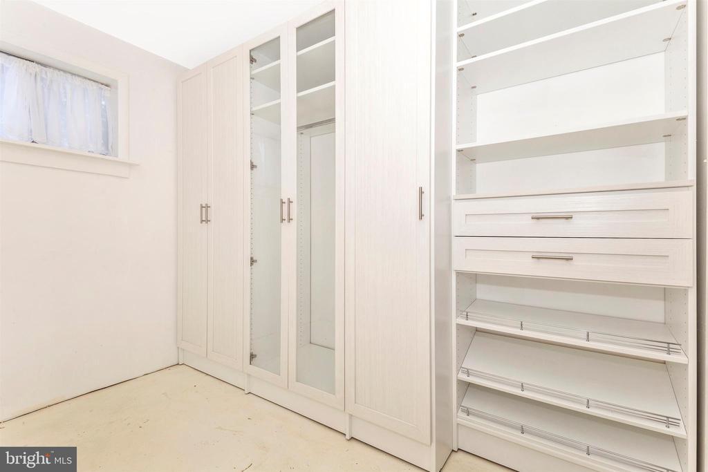 Lower-level Custom Closet - 10101 WHITE AVE, CLINTON