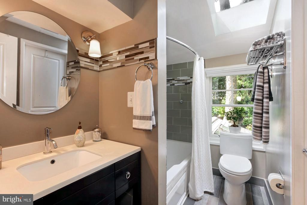 HALL BATH W/GLASS TILES & OVERSIZED TUB - 9500 WOODSTOCK CT, SILVER SPRING