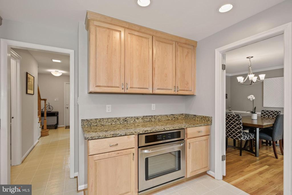 Kitchen - Granite Counter Tops & Maple Cabinetry! - 9522 BACCARAT DR, FAIRFAX