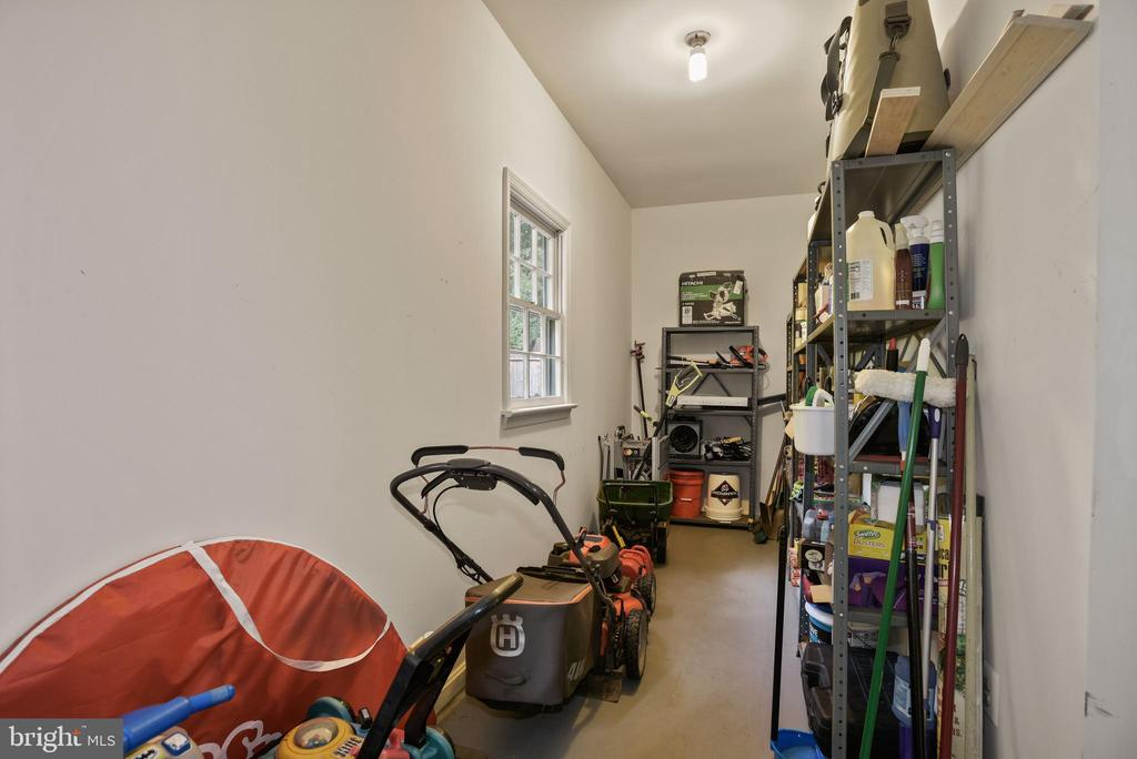Garage has Separate Nook/Storage Area! - So USEFUL - 9522 BACCARAT DR, FAIRFAX