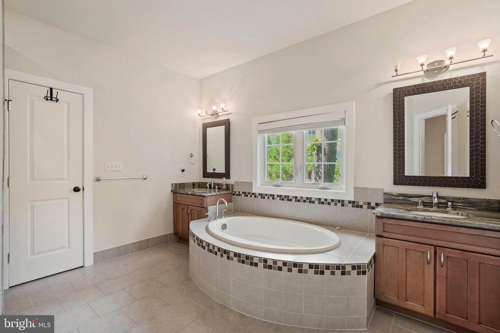 Hall Bathroom - 4389 OLD DOMINION DR, ARLINGTON
