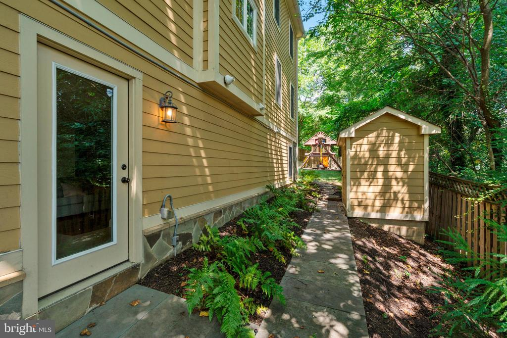 Walkway from Front to Back of Home - 4389 OLD DOMINION DR, ARLINGTON