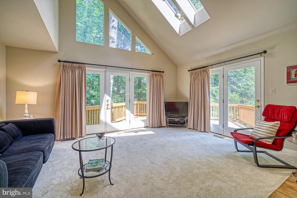 Living Room opens to deck on two sides - 11517 TURNBRIDGE LN, RESTON
