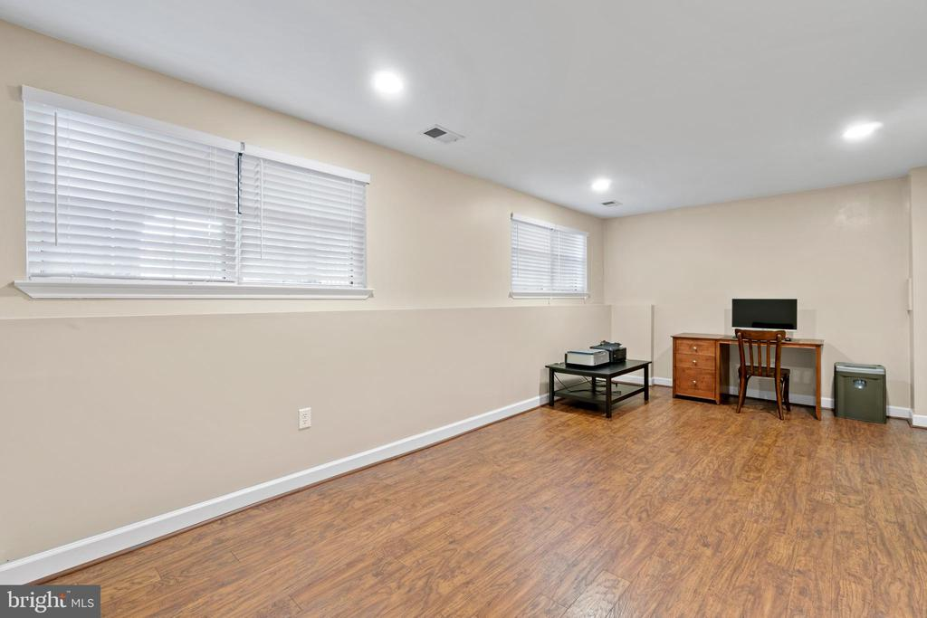 Large recreation room on lower level - 47572 COMER SQ, STERLING