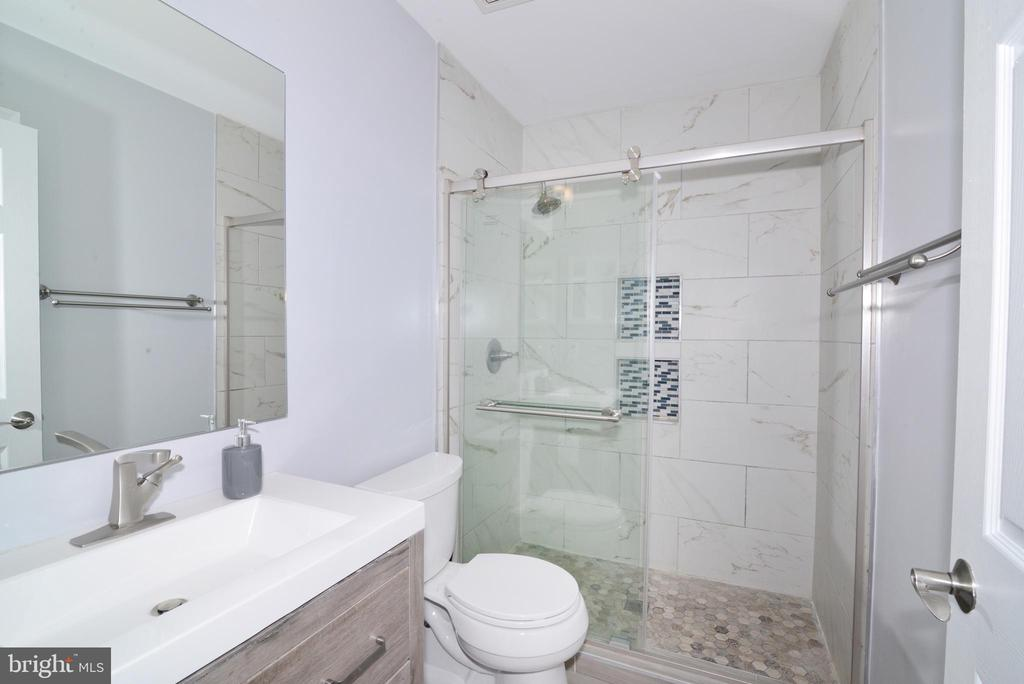 Remodeled Full Bath - 21417 HUMBOLT SQ, ASHBURN