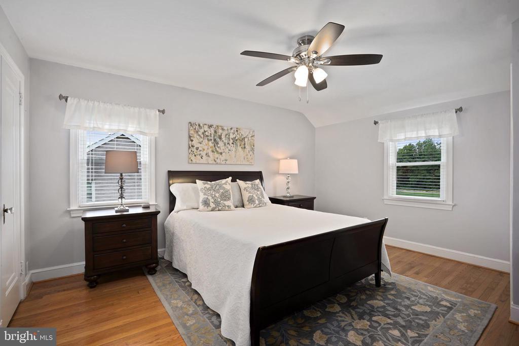 wood floors continue into primary bedroom - 3616 ARLINGTON BLVD, ARLINGTON