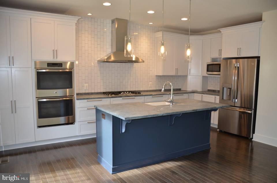 Kit-Ex3-Lge Granite Isl-Option-Dbl Oven/Wood flrs - 11950 HONEY GROVE TRL, NOKESVILLE