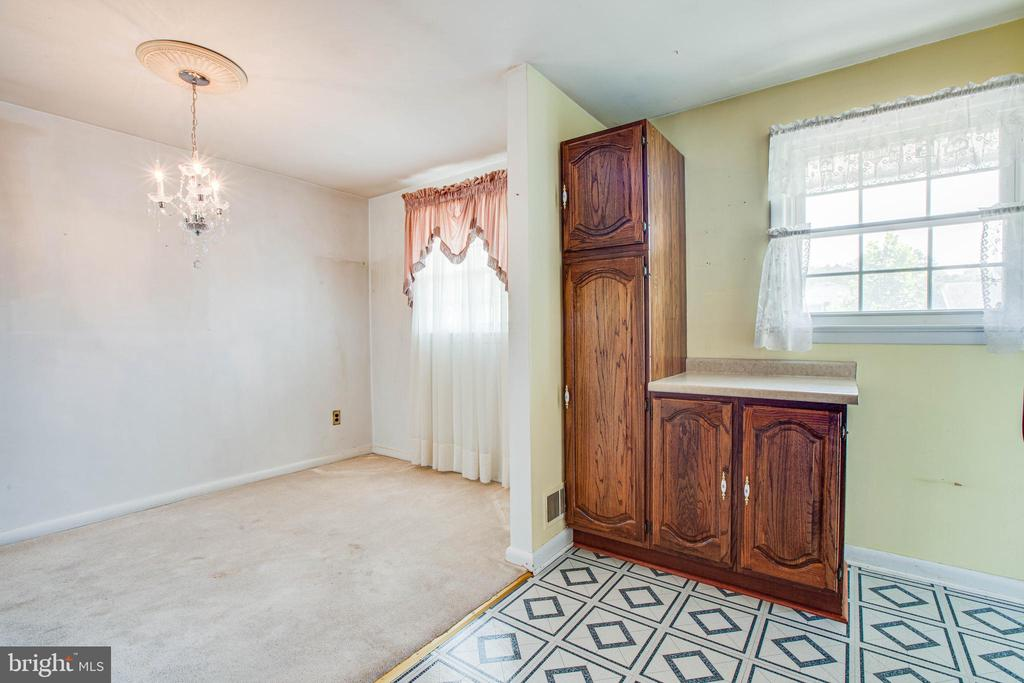 Pantry and service bar convenient to dining room - 6920 RUSKIN ST, SPRINGFIELD