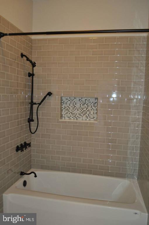 Full Bath - Option - Subway Tile w/ Niche - 11950 HONEY GROVE TRL, NOKESVILLE
