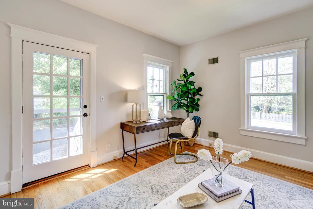 First floor Bedroom with corner exposure - 2900 FRANKLIN RD, ARLINGTON
