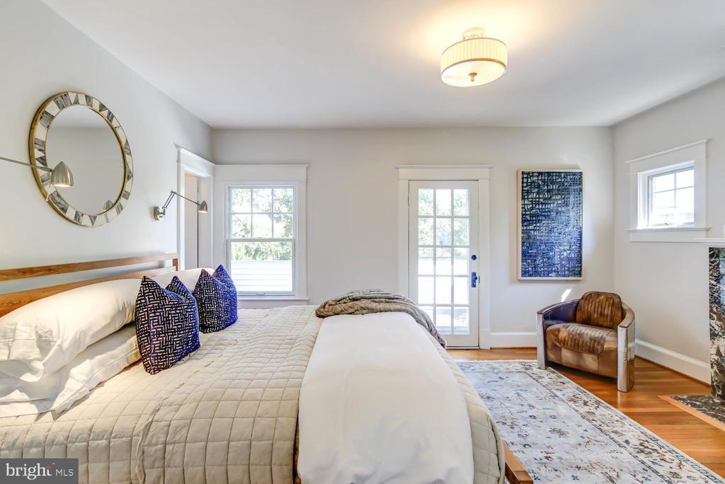 Master Bedroom w/en suite bath + walk-in closet - 2900 FRANKLIN RD, ARLINGTON