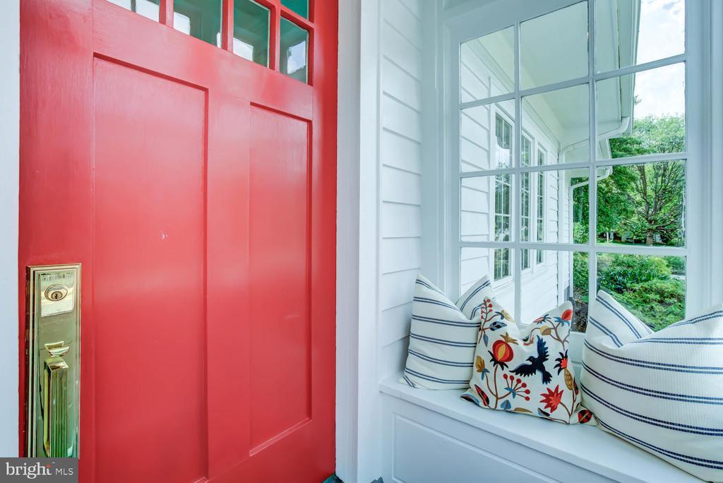 Enclosed front porch - 2900 FRANKLIN RD, ARLINGTON