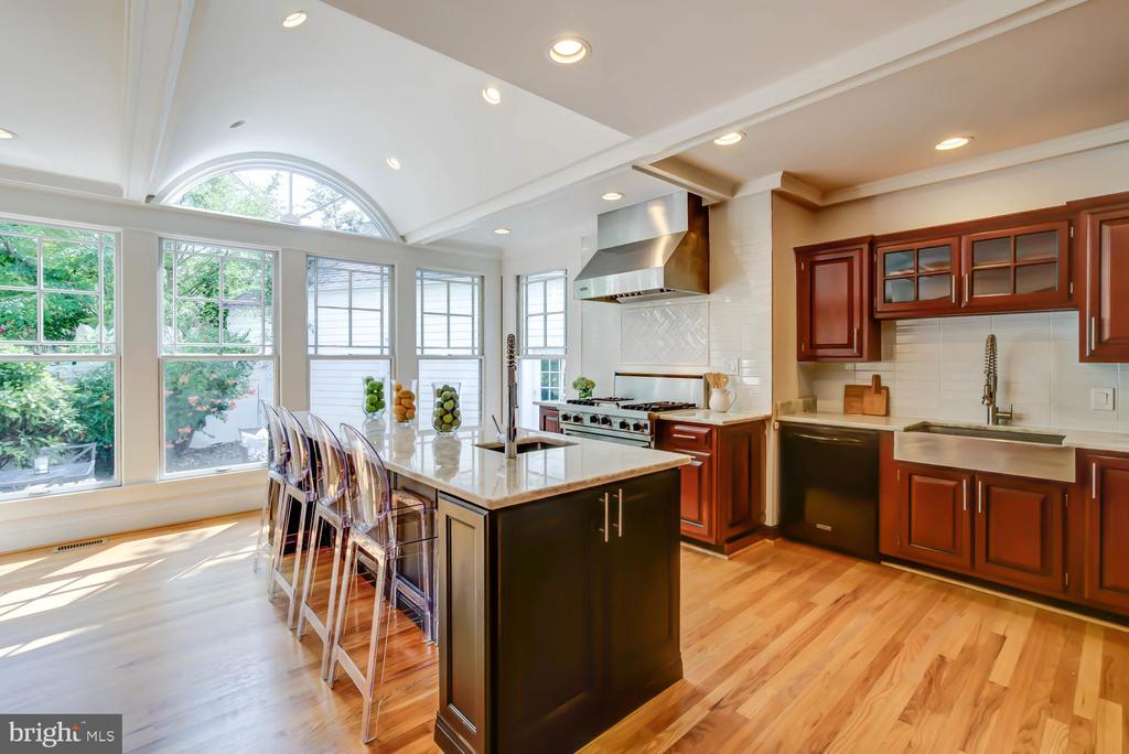 Spectacular light-filled chef's kitchen - 2900 FRANKLIN RD, ARLINGTON