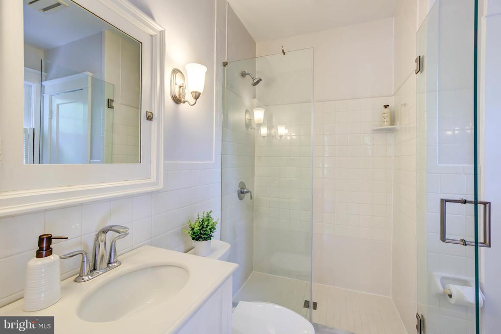 Bathroom with linen closet - 2900 FRANKLIN RD, ARLINGTON