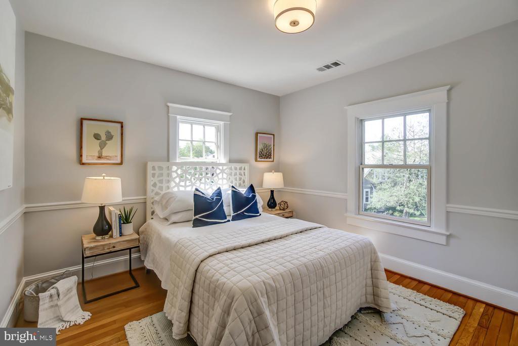 Front-facing corner guest bedroom with closet - 2900 FRANKLIN RD, ARLINGTON