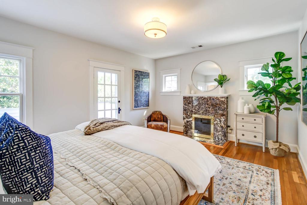 Master Bedroom with walk-out to roof terrace - 2900 FRANKLIN RD, ARLINGTON