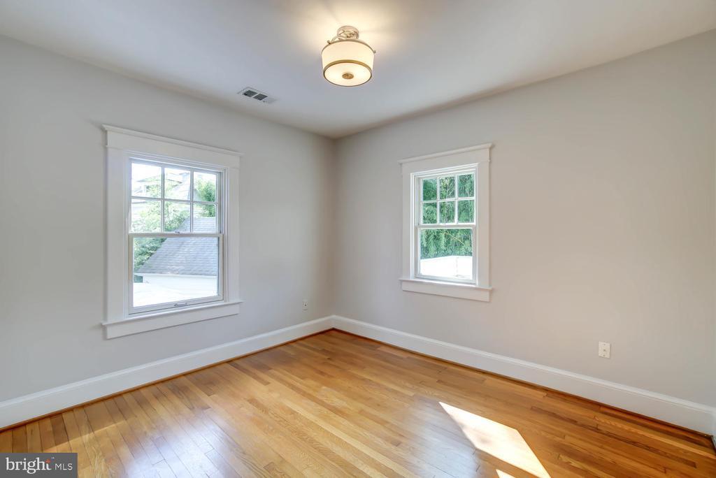 Guest Bedroom with corner exposure - 2900 FRANKLIN RD, ARLINGTON