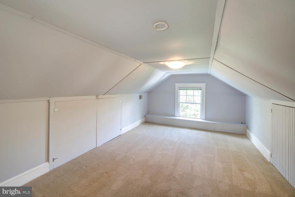 Expansive finished attic - Flex space  -new carpet - 2900 FRANKLIN RD, ARLINGTON