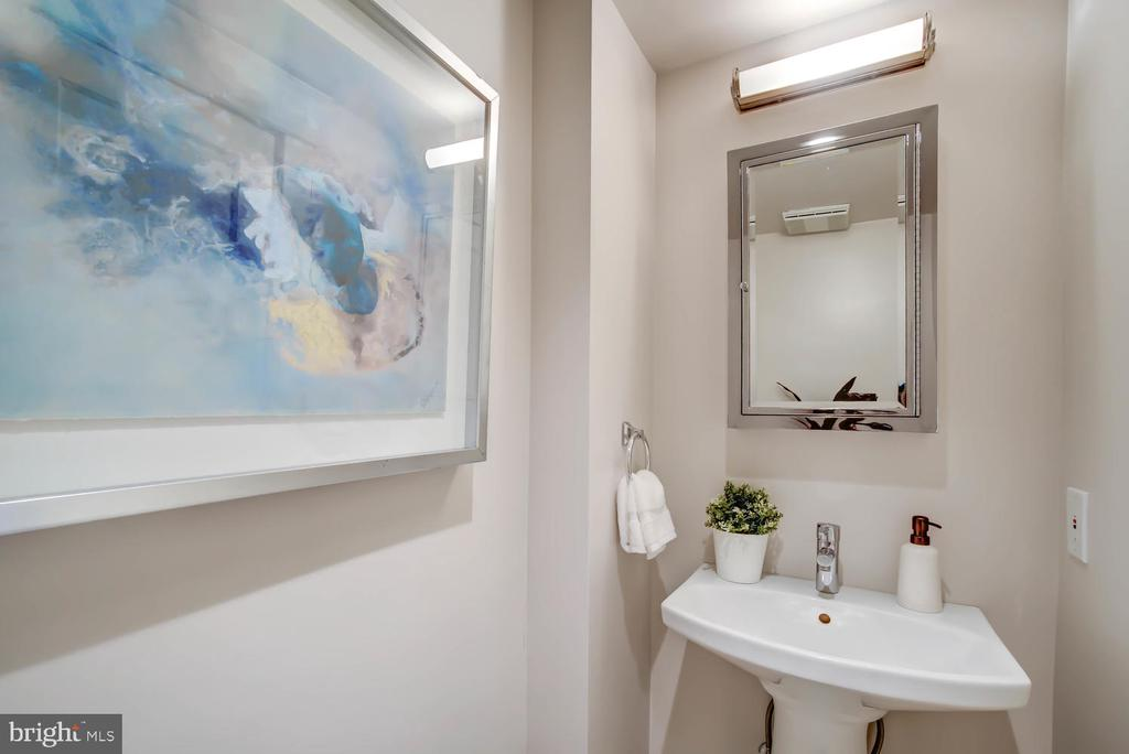 First floor - half bath - 2900 FRANKLIN RD, ARLINGTON