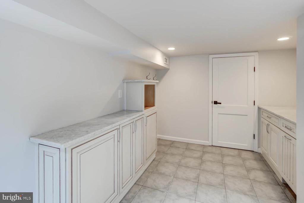 Laundry Room - with cabinetry and countertop - 2900 FRANKLIN RD, ARLINGTON