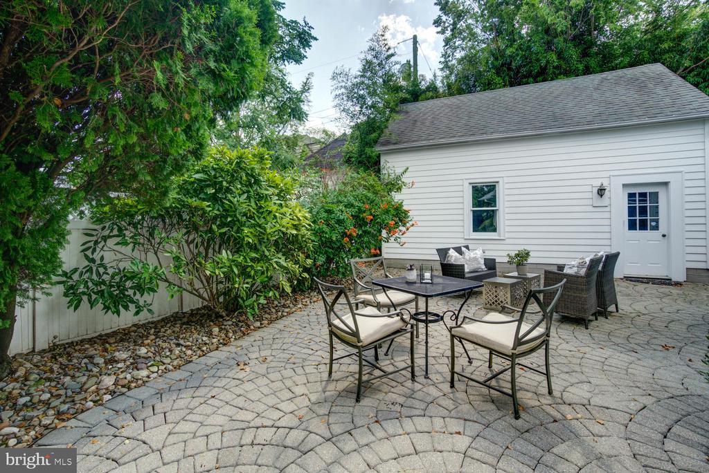 Dine al fresco on your outdoor patio - 2900 FRANKLIN RD, ARLINGTON