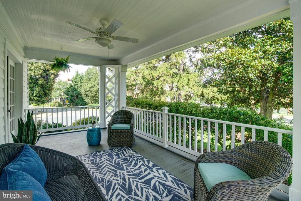 Gorgeous covered side porch - 2900 FRANKLIN RD, ARLINGTON