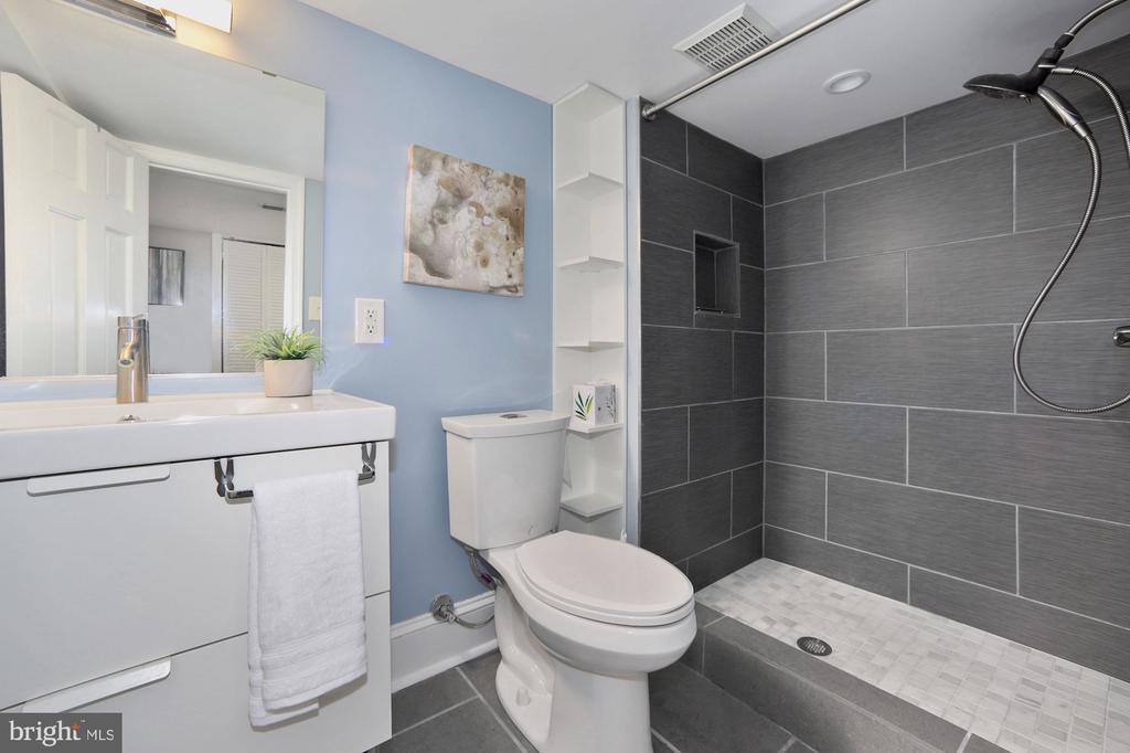 Lower level ceramic tile full bath - 332 CHANNING ST NE, WASHINGTON