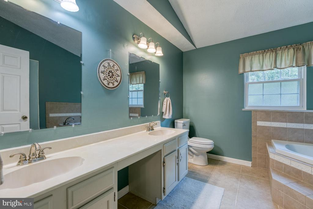 Master bath with tons of counter space! - 3006 LUSITANIA DR, STAFFORD