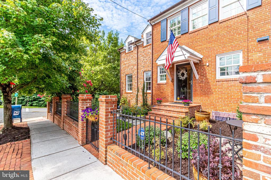 End townhouse in SE Quadrant Old Town - 833 S FAIRFAX ST, ALEXANDRIA
