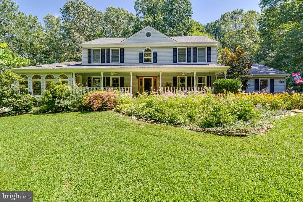 Beautiful curb appeal with fantastic landscaping - 13613 BETHEL RD, MANASSAS