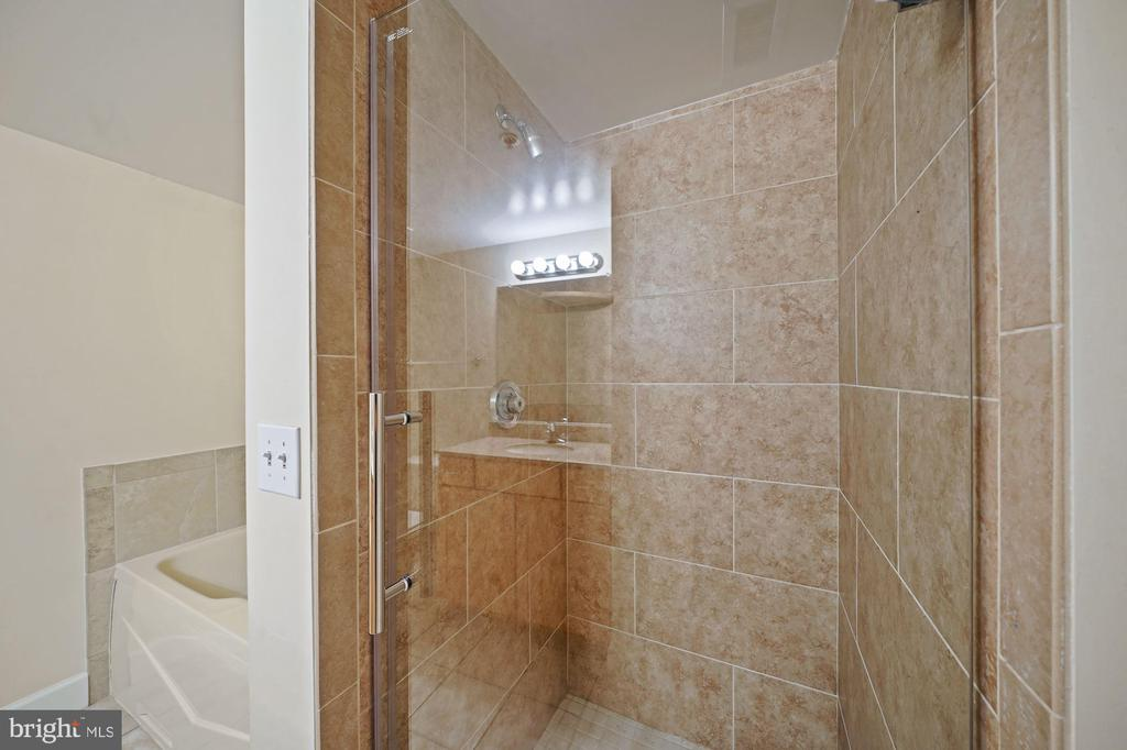 Owner's ensuite with oversized shower. - 1205 N GARFIELD ST #608, ARLINGTON
