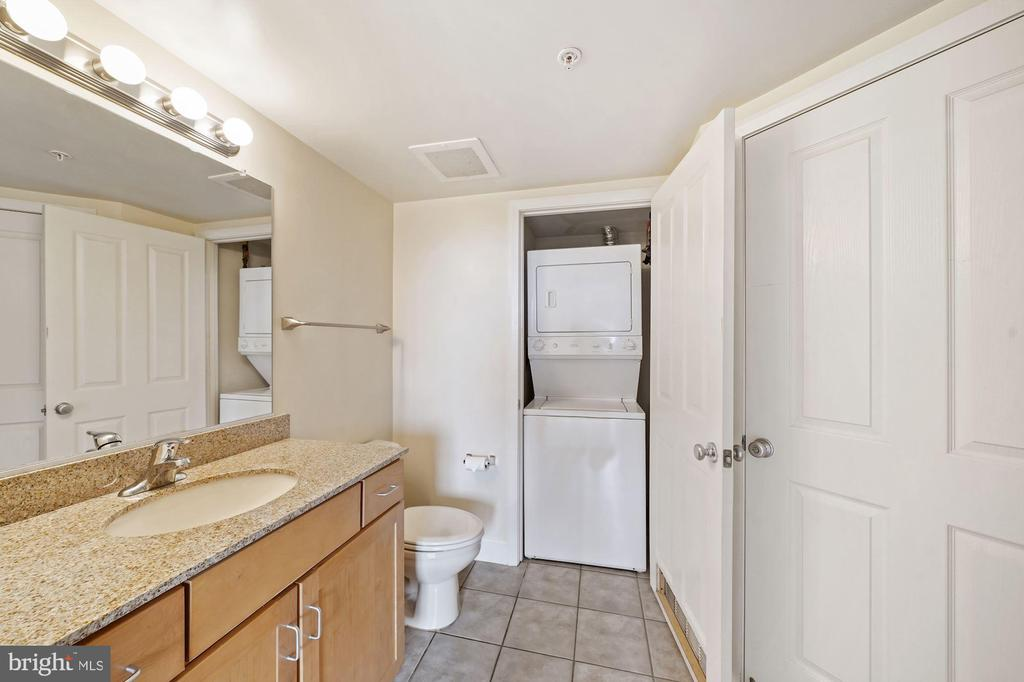 Washer/dryer discretely tucked away. - 1205 N GARFIELD ST #608, ARLINGTON