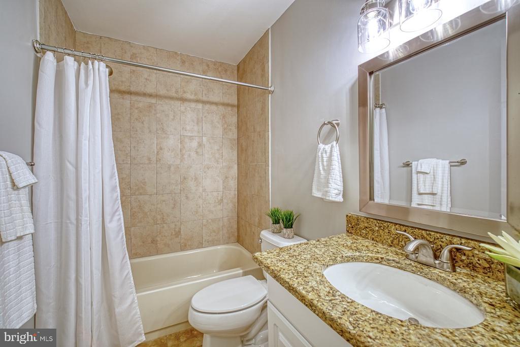 Updated bathroom - 1638 WESTWIND WAY, MCLEAN