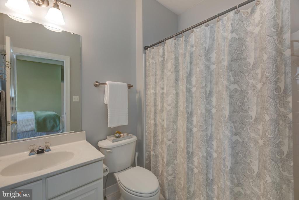 Guest Ensuite Bathroom - 22749 HIGHCREST CIR, BRAMBLETON