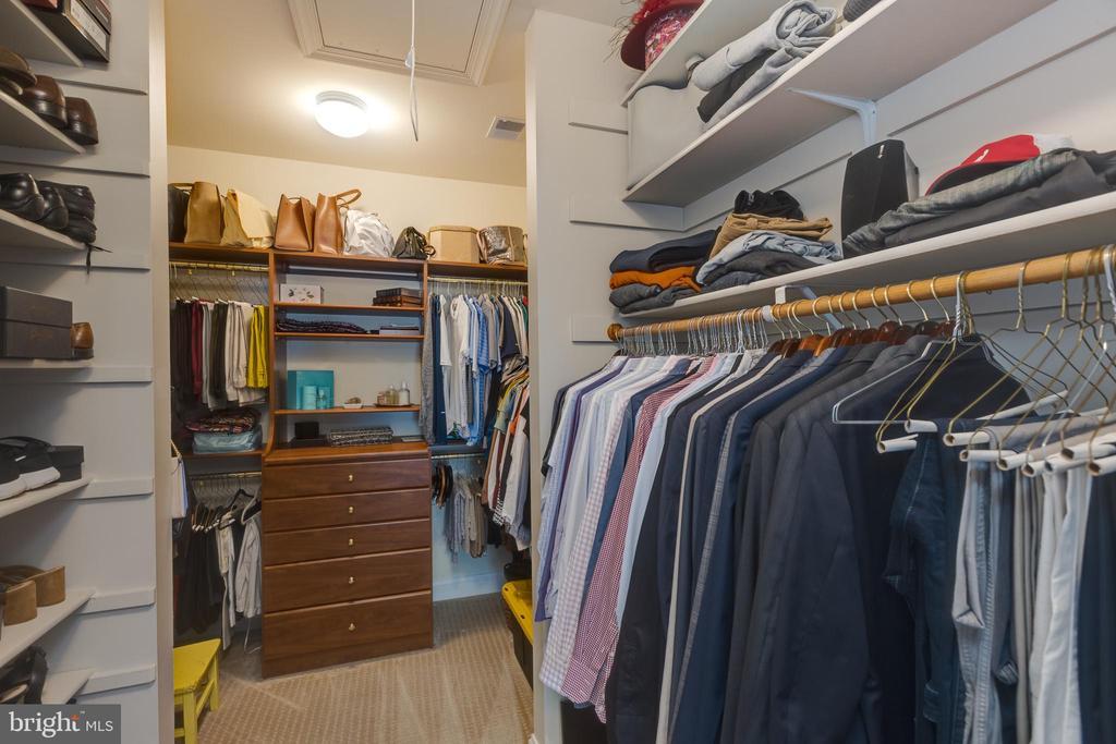 Custom walk in Closet - 22749 HIGHCREST CIR, BRAMBLETON
