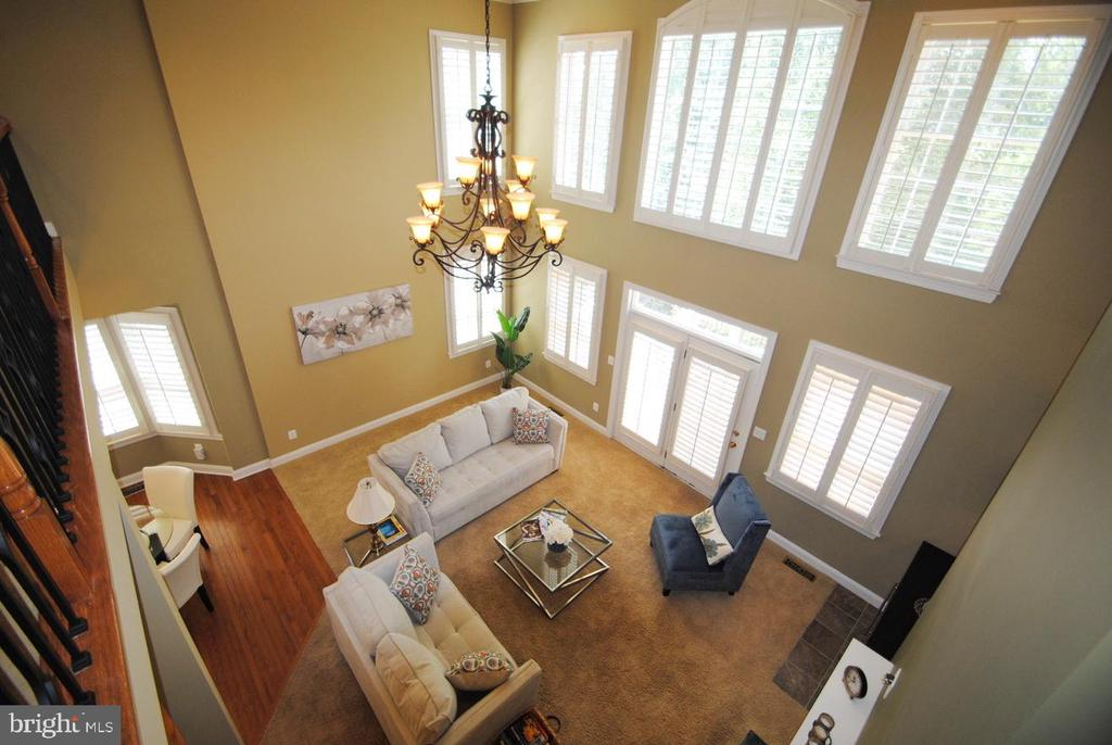 Two Level Family Room with Wall of Windows - 20165 BANDON DUNES CT, ASHBURN