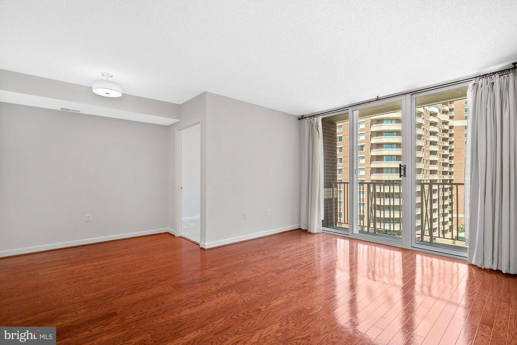 Living & Dining Area with 9th Floor Views - 880 N POLLARD ST #921, ARLINGTON