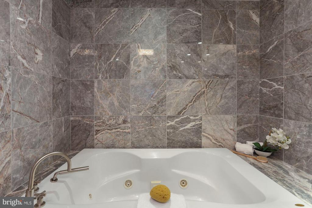 Large Soaking Tub - 1881 N NASH ST #810, ARLINGTON