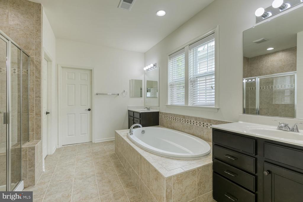 Master bathroom with soaker tub & tiled shower - 517 APRICOT ST, STAFFORD