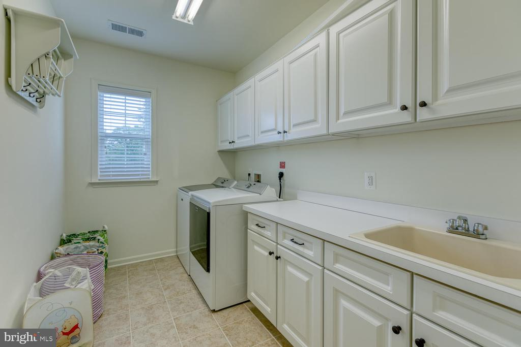 Who wouldn't want a laundry room this big? - 517 APRICOT ST, STAFFORD