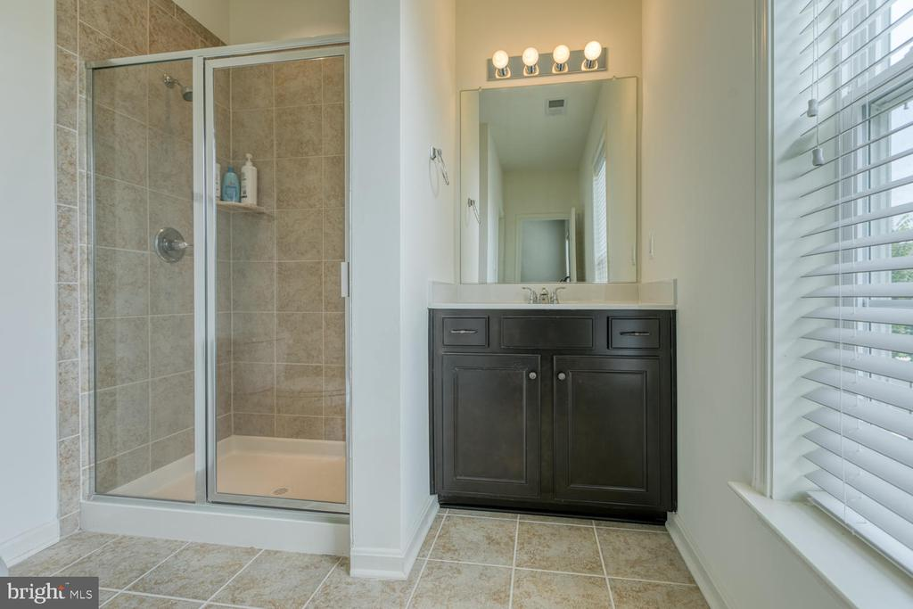 Full bathroom with tiled shower - 517 APRICOT ST, STAFFORD